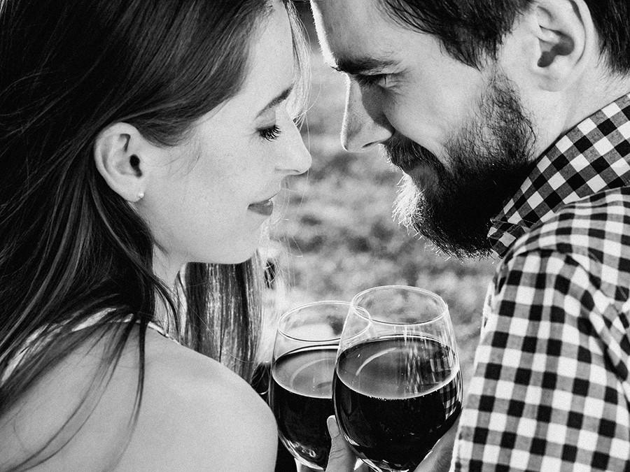 coppia che beve vino